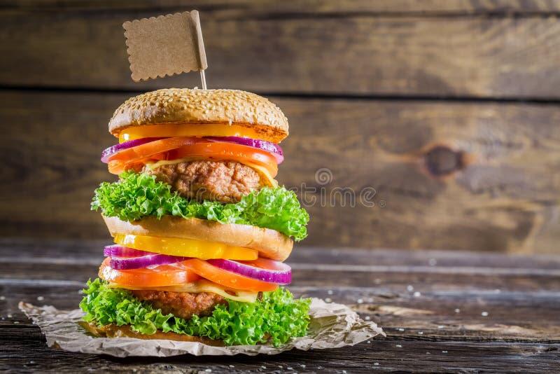 Goce de su hamburguesa sabrosa del autobús de dos pisos fotografía de archivo