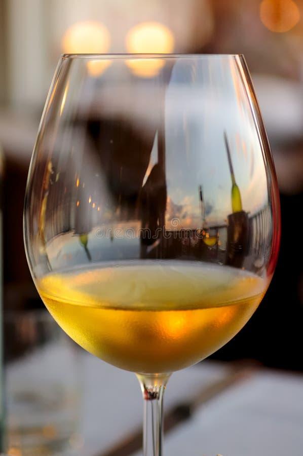 Goce de un vidrio de vino blanco en la barra del puerto imagen de archivo libre de regalías