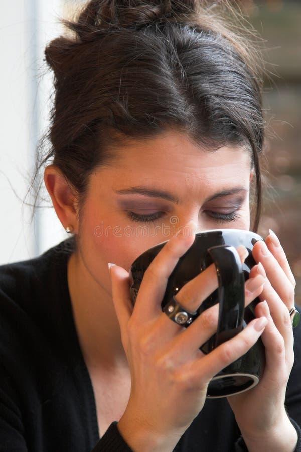 Goce de una taza de té imagen de archivo libre de regalías