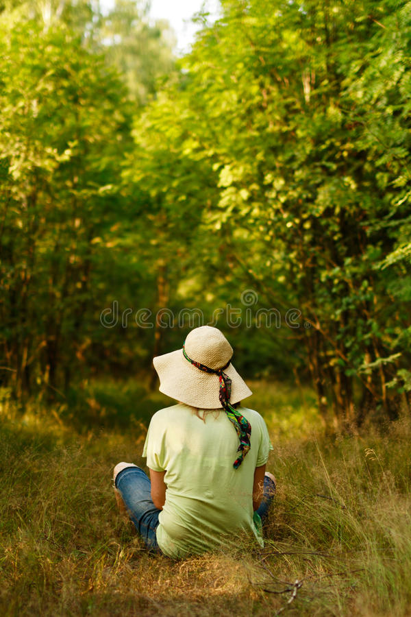 Goce del bosque verde imagen de archivo
