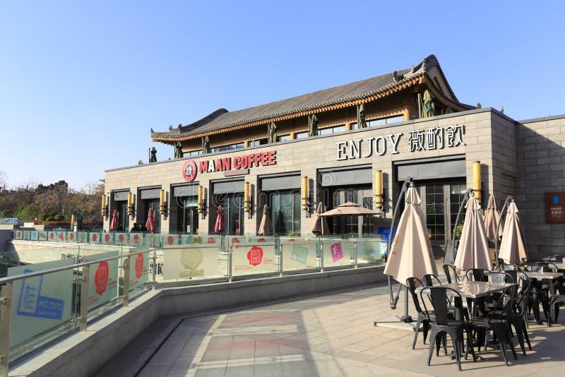 Goce del café en el comedor comercial cerca de la ciudad antigua de xian en invierno fotografía de archivo