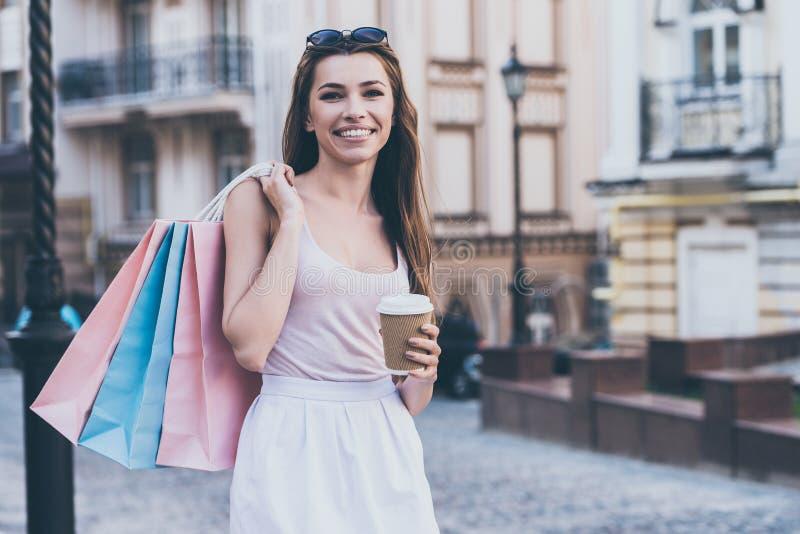 Goce del café fresco después de compras del día foto de archivo libre de regalías