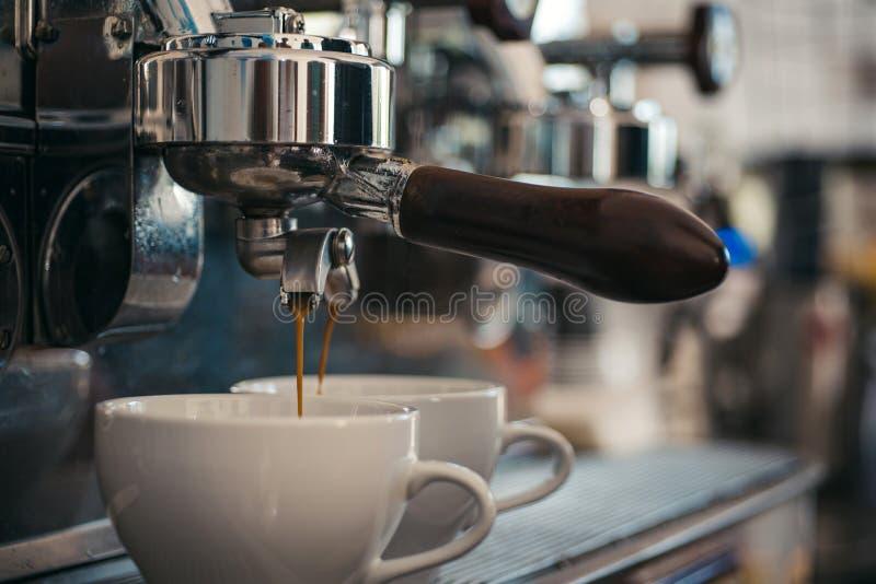 Goce del café superior Fabricación del café express con el portafilter Pequeñas tazas para servir la bebida caliente Café que es  foto de archivo