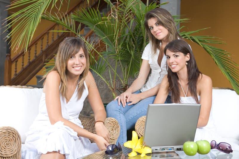 Goce hermoso de tres mujeres jovenes imagen de archivo libre de regalías