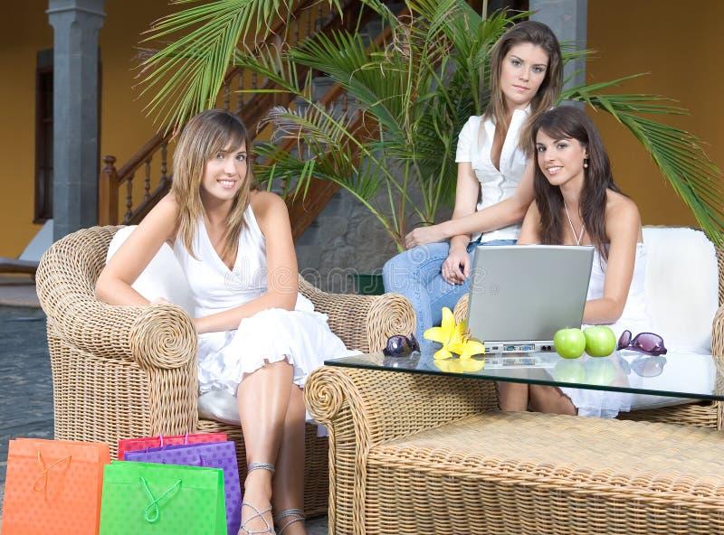 Goce hermoso de tres mujeres jovenes fotografía de archivo libre de regalías