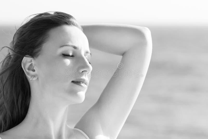 Goce hermoso joven de la señora del viento caliente foto de archivo libre de regalías