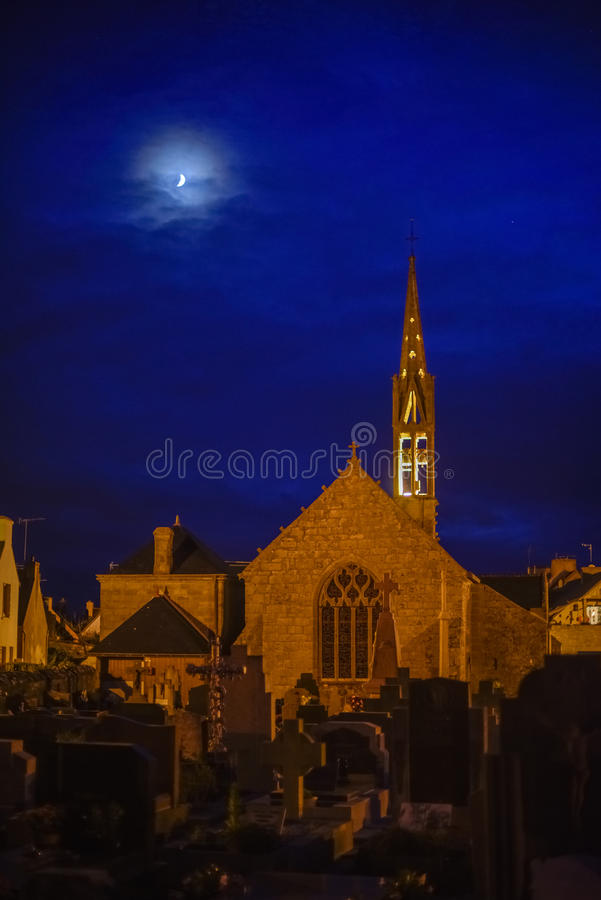 Gocki kościół i cmentarz w blasku księżyca zdjęcie stock