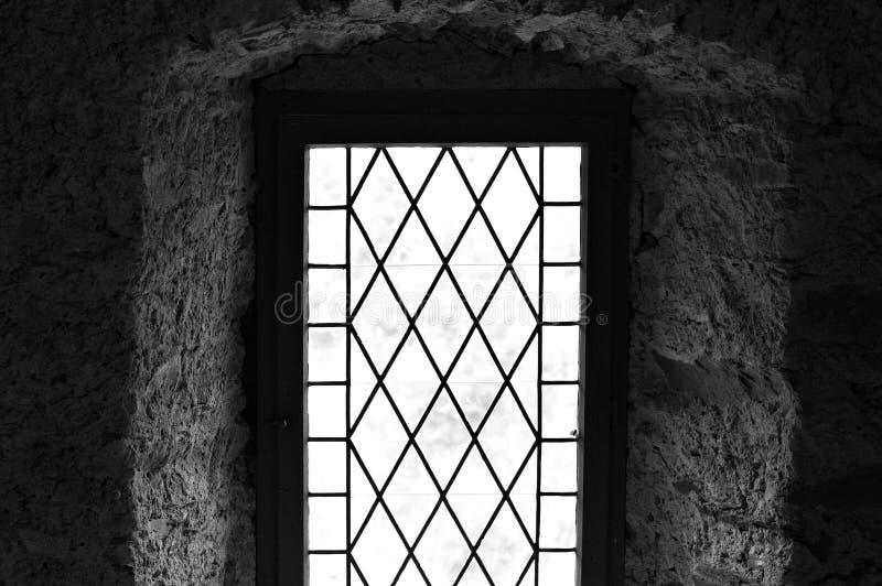 Gocki okno średniowieczny dom - widok przez okno zdjęcia royalty free