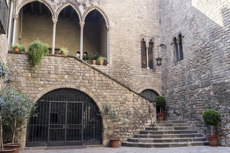 Gocki zabytek, pałac, Palau Requesens, antyczny wejście, qothic ćwiartka Barcelona obrazy stock