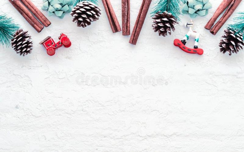 God jul och gott nyårslack bakgrund på det grå vita träet med kopieringsutrymme för din text Vintage Retro royaltyfri bild