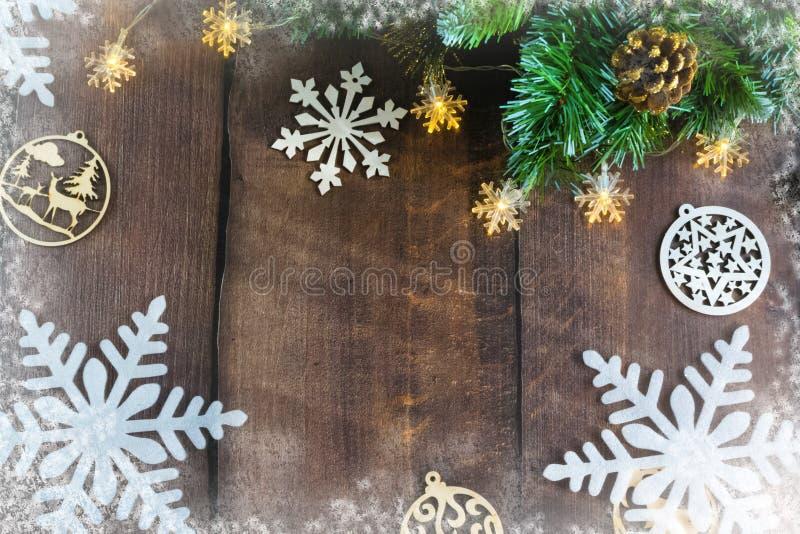 God jul och gott nytt år Juldekoration på träbakgrund med godis skål julens sammansättning royaltyfria foton