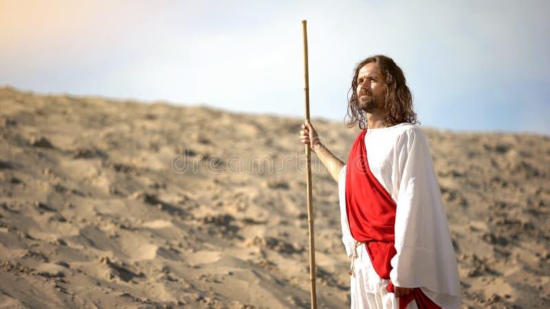 God kijkt naar de gecreëerde aarde en de hemel, bijbels verhaal van de genese, christianiteit stock afbeeldingen