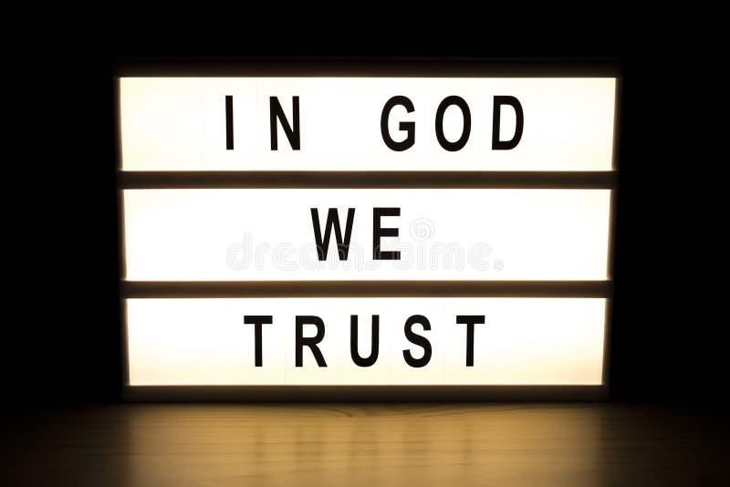 In god vertrouwen wij op de lichte raad van het doosteken stock illustratie