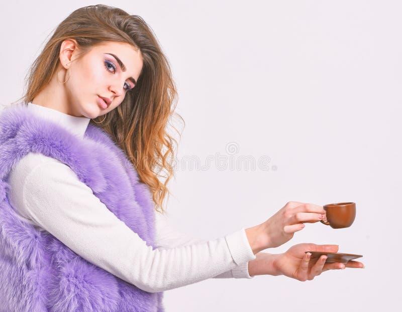 Goda dell'aroma ed assaggi il caffè caldo Caffè della bevanda della pelliccia della donna Concetto del caffè dell'elite Concetto  immagini stock libere da diritti