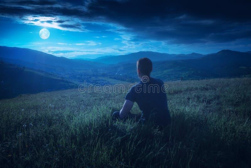 Goda dell'aumento della luna piena in un cielo notturno immagine stock