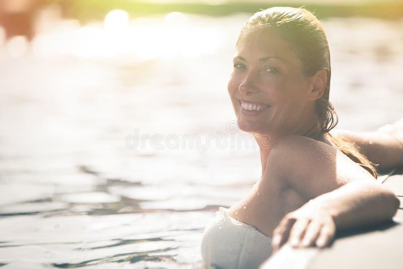Goda dell'estate Donna che si rilassa nell'acqua dello stagno fotografia stock libera da diritti