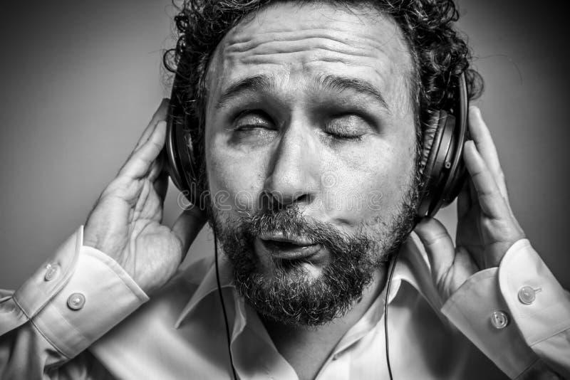 Goda della musica, l'uomo con l'espressione intensa, camicia bianca fotografia stock libera da diritti