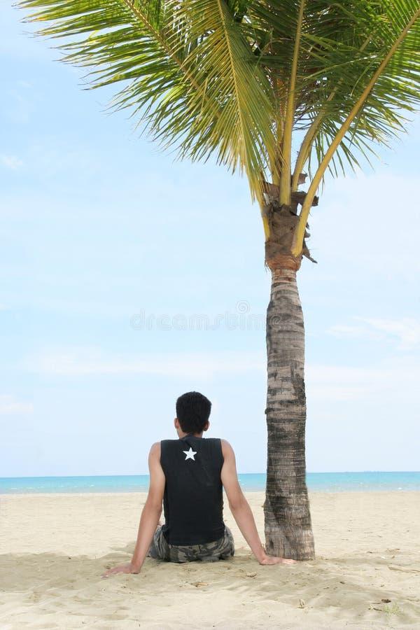 Goda di sulla spiaggia tropicale
