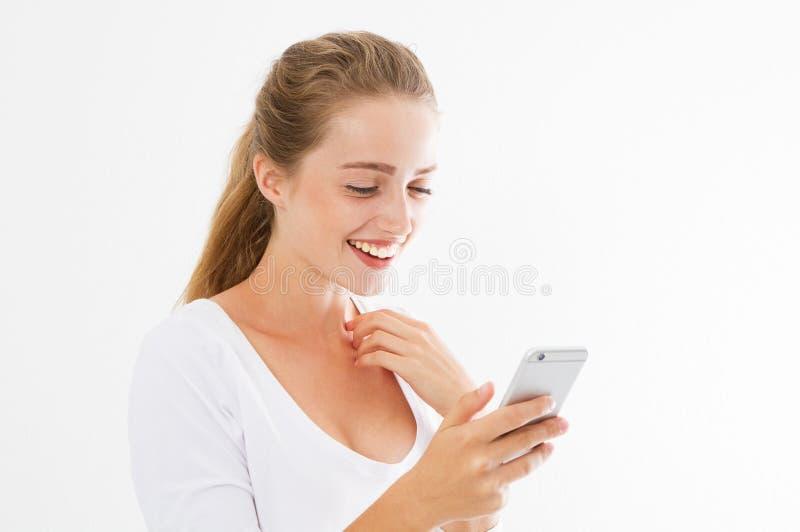 Goda nyhetertelefon Läsande goda nyheter för upphetsad lycklig flicka på smart telefonanseende i vit genomskinlig bakgrund härlig royaltyfri bild