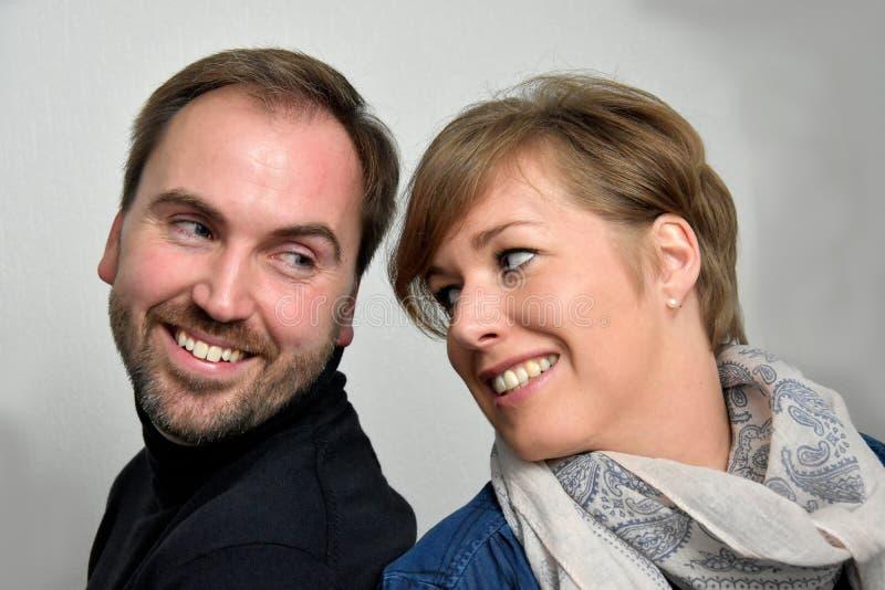 Goda som ser älska par fotografering för bildbyråer