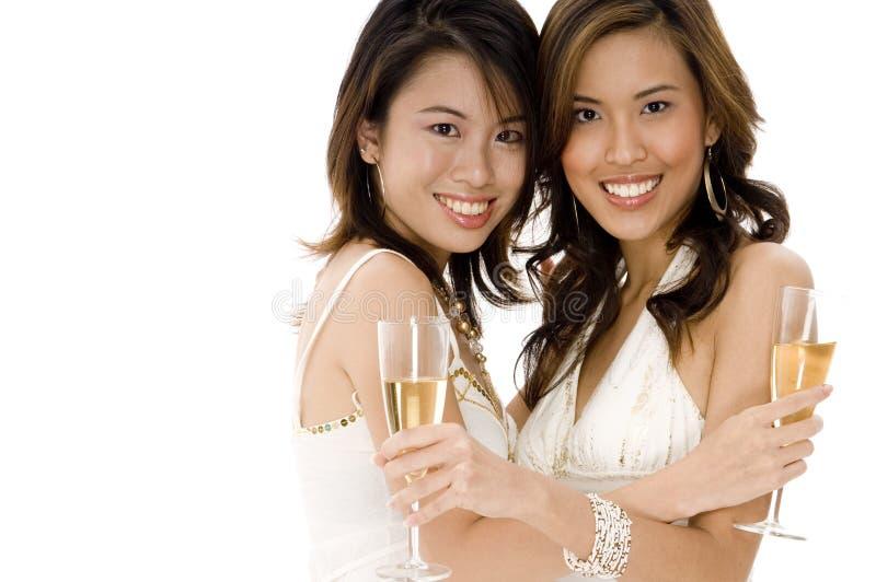 Goda vänner firar royaltyfri foto