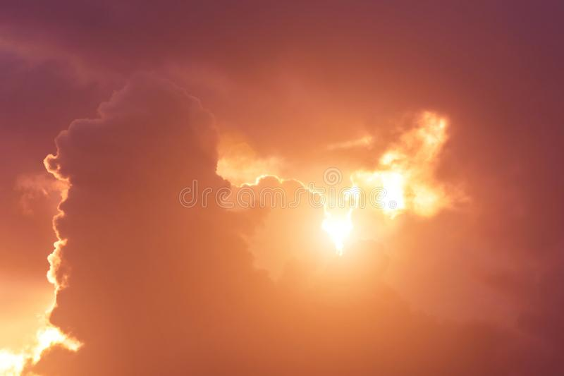 Goddelijk glans warme lichte zonsondergang van de hemel splijt de stralen van cumuluswolken stock fotografie
