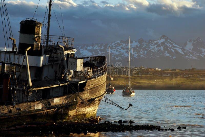 Goden łódź Ushuaia przy zmierzchem obraz royalty free