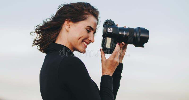 Godendo al tiro di foto di aria aperta fotografie stock