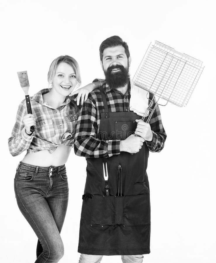 Godendo del fine settimana piacevole insieme Coppie in utensili della cucina della tenuta di amore Strumenti per la torrefazione  fotografie stock