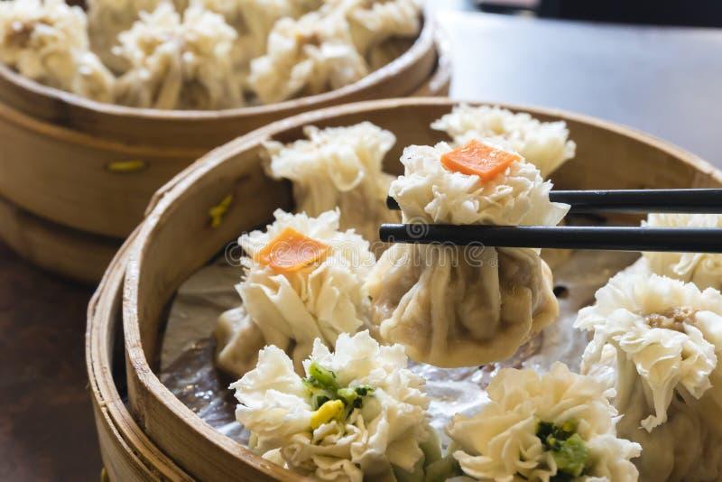 Godendo dello gnocco del cinese tradizionale ha chiamato Shumai fotografia stock libera da diritti