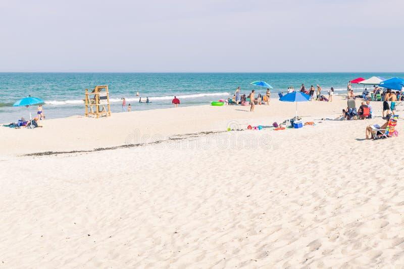 Godendo di un giorno della spiaggia senza il bagnino in servizio alla spiaggia fotografie stock libere da diritti