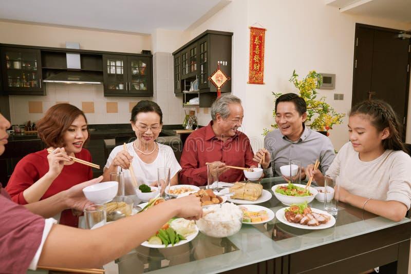 Godere asiatico della gente buon alla celebrazione di Tet immagini stock