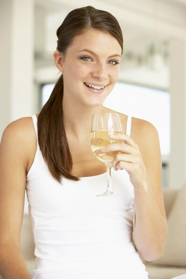 godere dei giovani di vetro della donna del vino immagine stock