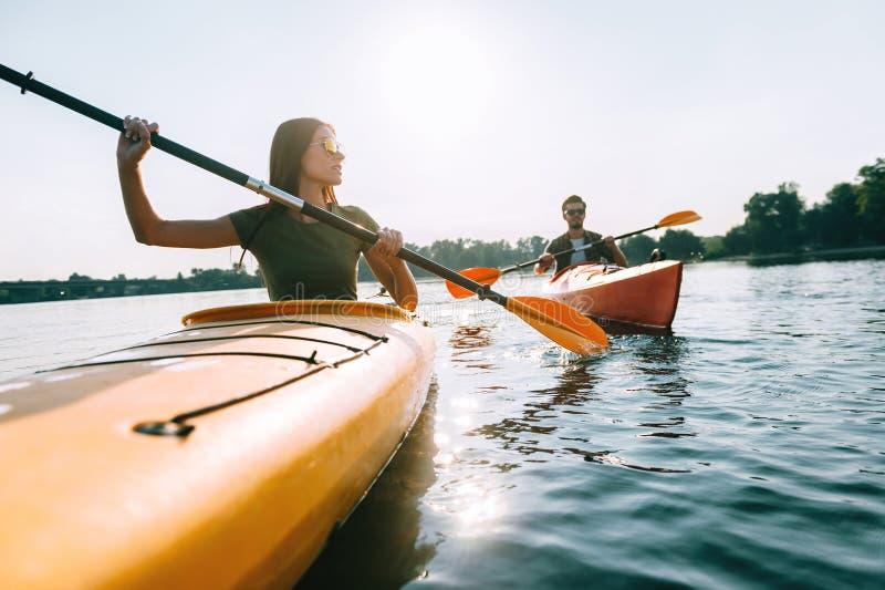 Godere del giorno di estate sul lago immagini stock libere da diritti
