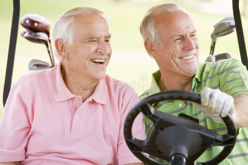 godere del maschio di golf del gioco degli amici fotografia stock