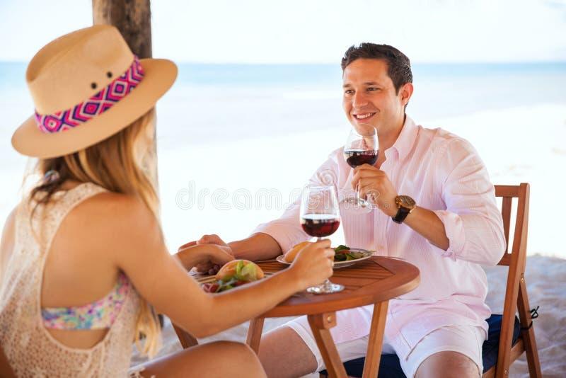Godere del pranzo un giorno soleggiato alla spiaggia fotografie stock libere da diritti