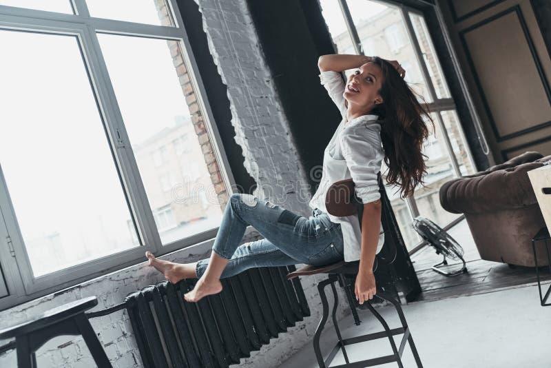 Godere del tempo spensierato Giovane donna attraente nell'abbigliamento casual KE fotografia stock