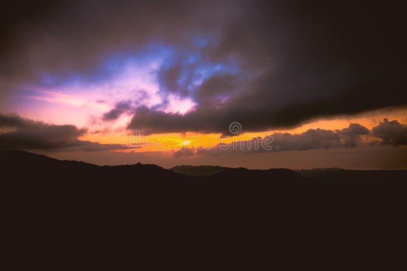 Godere del tramonto al hihgland di Balamban, Cebu, Filippine immagine stock