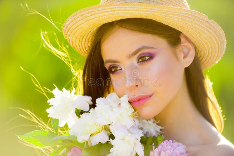 Godere del vento della molla Terapia naturale della stazione termale e di bellezza fronte e skincare viaggio di estate Ragazza di fotografie stock