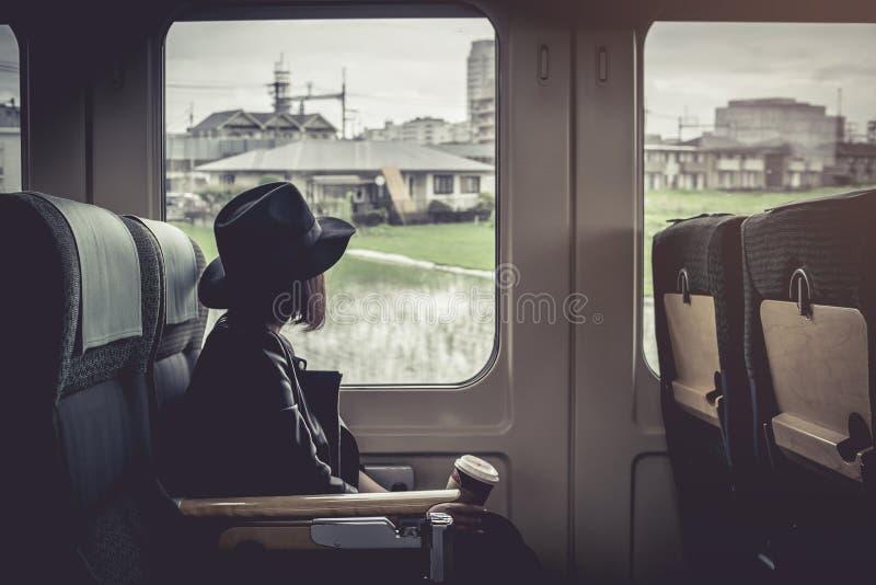 Godere del viaggio Giovane donna graziosa che viaggia dalla classe del Giappone immagini stock