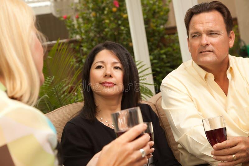 godere del vino del patio tre degli amici fotografie stock libere da diritti