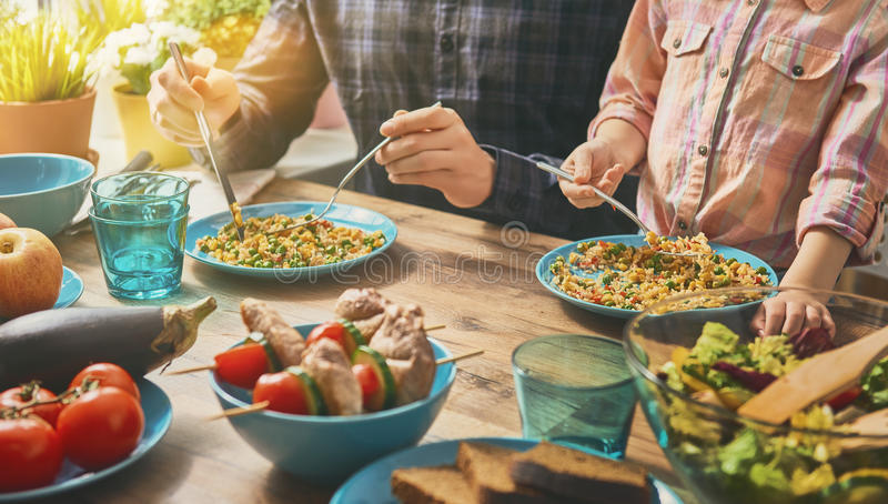 Godere della cena della famiglia immagini stock