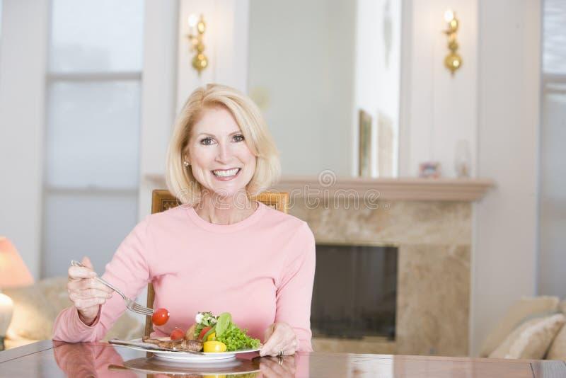 godere della donna in buona salute di mealtime del pasto fotografia stock