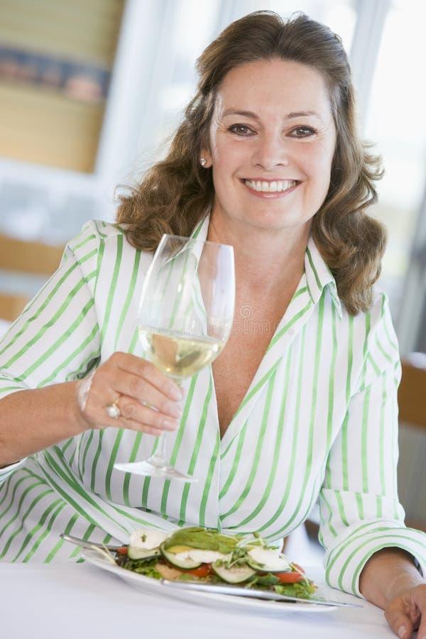 godere della donna di vetro del vino di mealtime del pasto immagine stock
