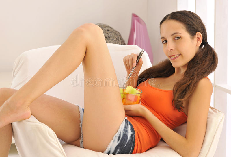 Godere della frutta sana fotografia stock