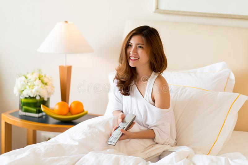 Godere della mattina pigra a camera di albergo fotografie stock libere da diritti
