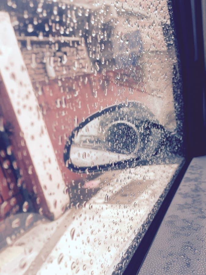 Godere della pioggia immagini stock