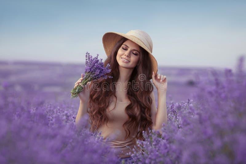 Godere della vita La bella donna della Provenza gode dell'odore in lavanda fotografia stock