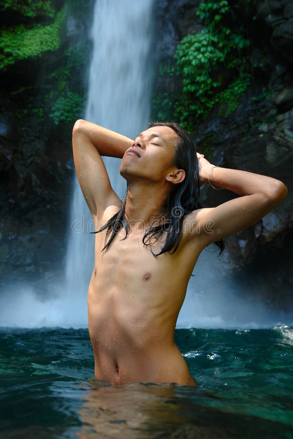Godere di una cascata tropicale immagini stock