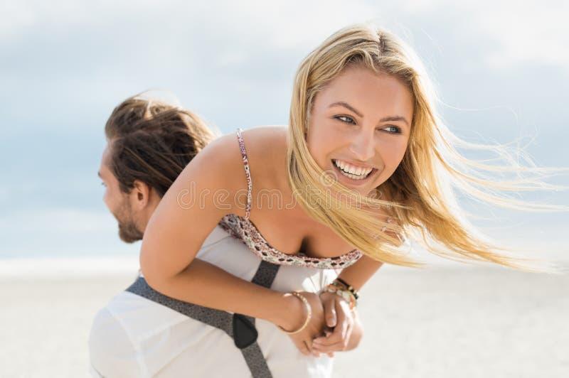 Godere felice delle coppie fotografia stock libera da diritti